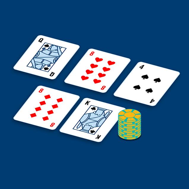 Une dame de pique, un 8 de cœur, un 4 de pique se trouvent d'un côté d'une table et un 8 de carreau à côté d'un roi de pique et une pile de jetons.