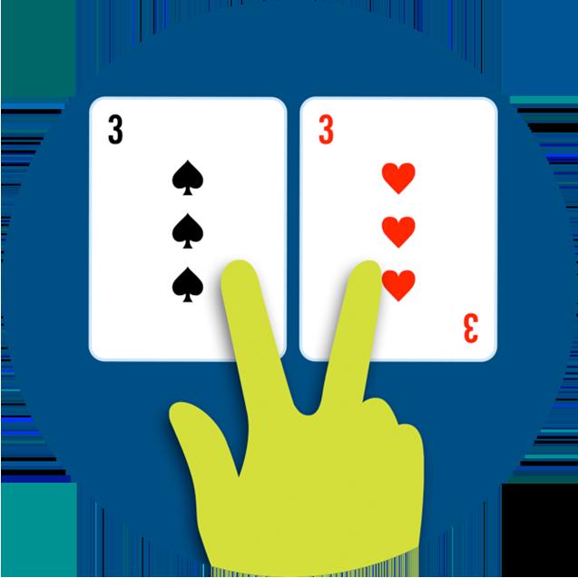 Deux cartes sont séparées à l'aide deux doigts.