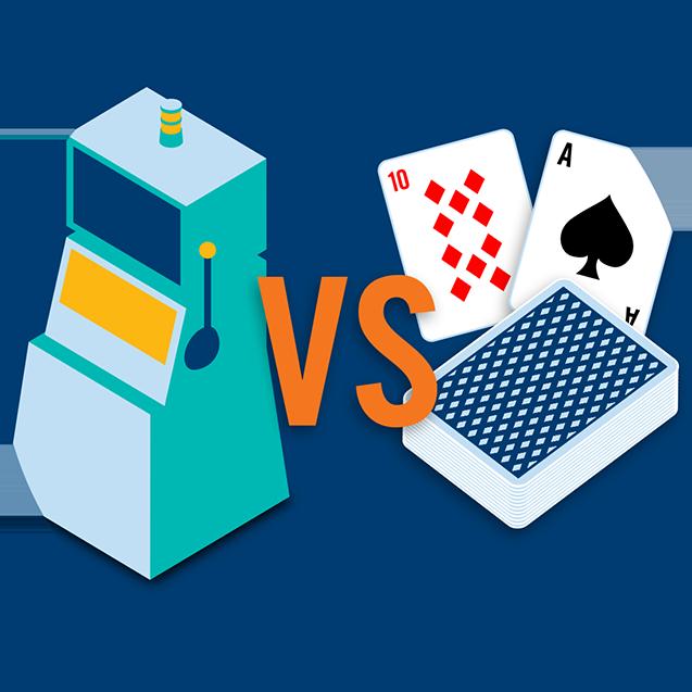 一个老虎机和一套扑克牌进行对比