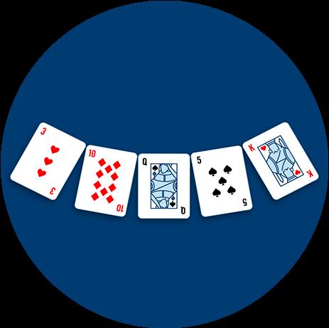 Cinq cartes, face cachée, sont placées en demi-cercle sur la table.