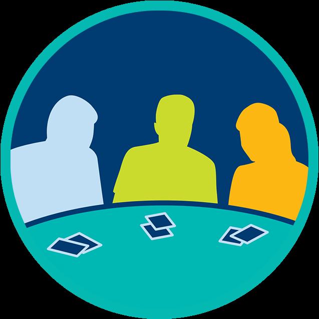 Trois joueurs sont assis à une table de poker. Chacun a devant lui deux cartes fermées.