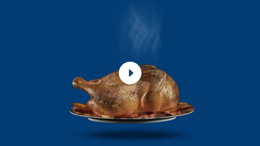 Un poulet rôti fumant sur une assiette de pommes de terre.