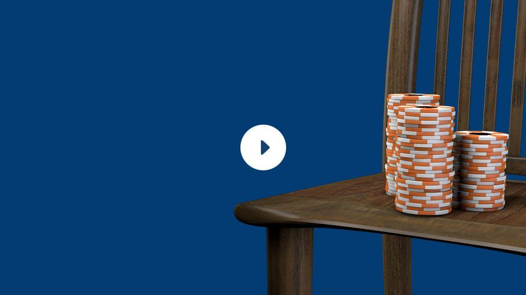 Des jetons de Poker posés sur une chaise en bois.