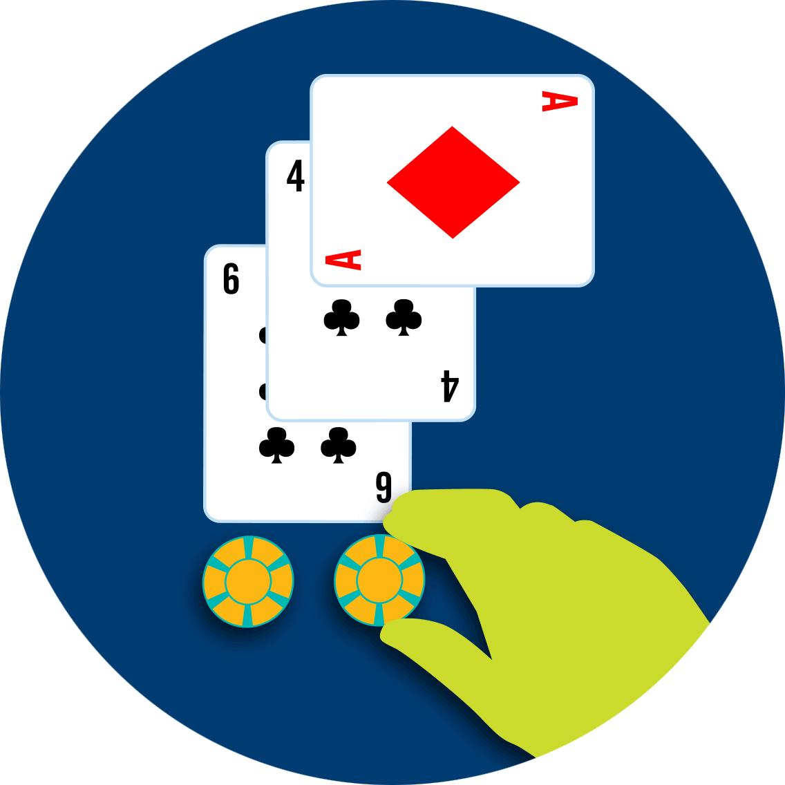 一叠筹码被放在桌上,双倍下注于第三张牌的方块A。