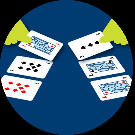 雙方的三張牌被翻開。左邊是一張方塊7,一張黑桃7和一張方塊J。右邊是一張方塊K,一張黑桃K和一張梅花3.